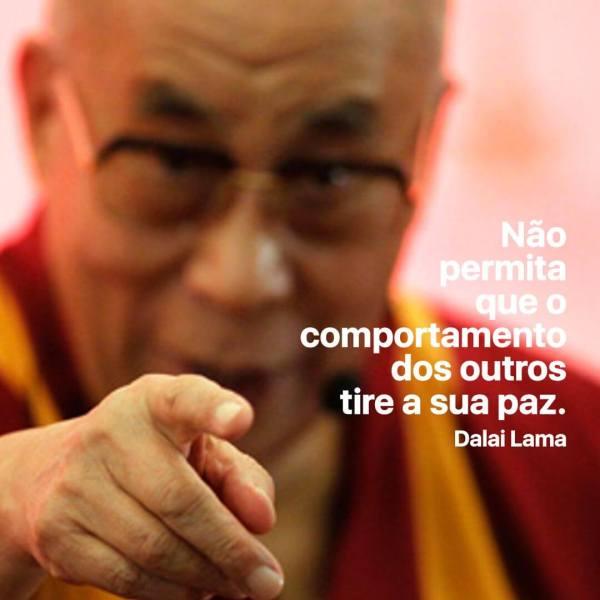 """Foto de Dalai Lama com a inscrição: """"Não permita que o comportamento dos outros tire a sua paz"""""""