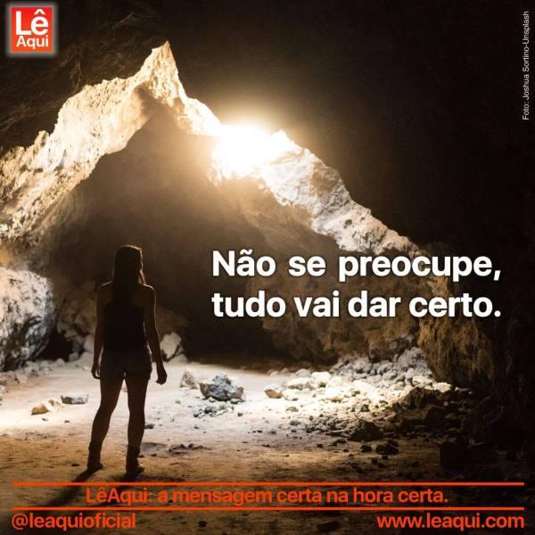 Mulher à porta de uma caverna escura com uma luz ao fundo indicando que tudo vai dar certo