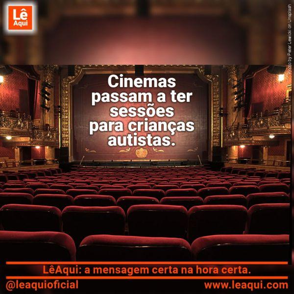 Sala de cinema exibindo na tela a mensagem que cinemas passam a ter sessões para crianças autistas