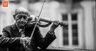 Senhor idoso tocando violino trazendo harmonia