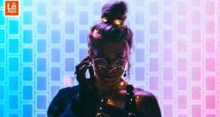 Mulher olhando por cima dos óculos mostrando como é ser você mesmo