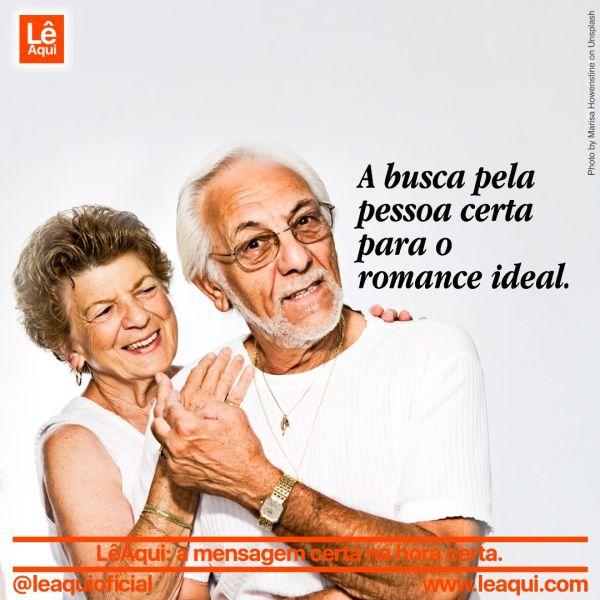 Casal idoso juntos e felizes pois a pessoa certa traz o romance ideal.