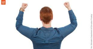 homem com os braços levantados mostrando se tornar um vencedor