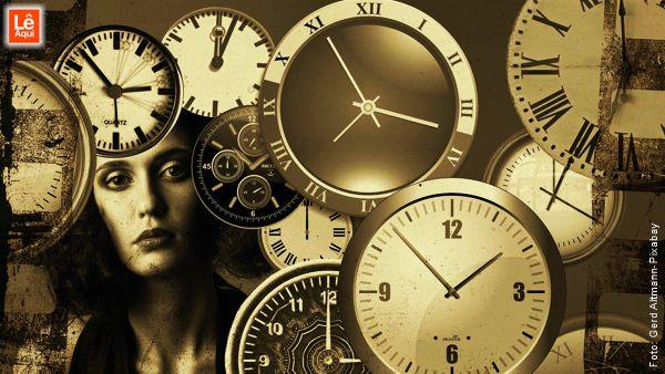 Mulher atrás de relógios de todos os tipos mostrando que o passado não passou.