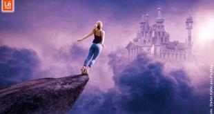 Mulher levantando voo de um penhasco em direção ao um palácio de sonhos.