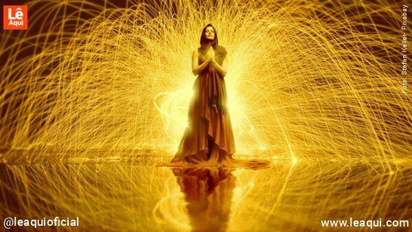 Mulher envolta em fluxo energético fluidos espirituais de energia espiritual para a saúde