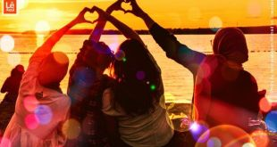 amigos vendo o por de sol fazendo corações com as mãos como símbolo de ame-se