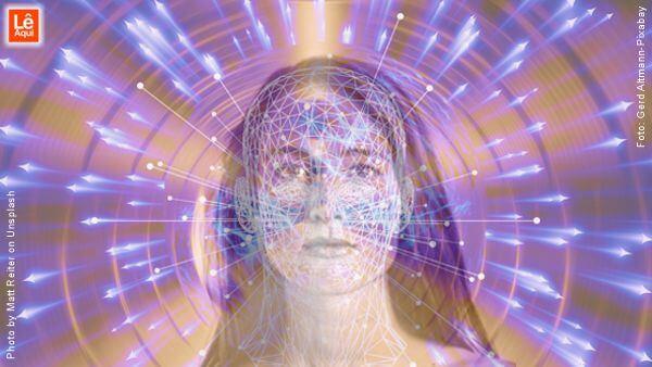 Rosto de mulher com projeção energética que mostra como a vida é criada pelo poder da mente
