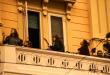 Grupo de jovens tocando musica em uma varanda na Itália para mostrar que um sorriso leva esperança