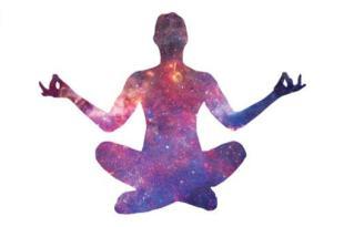 figura ilustrativa de uma pessoa com a projeção do universo na postura de lótus com os braços abertos mostrando a interação dos sete chakras principais