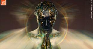 Homem pintado nas cores ônix e dourada com as mãos postas em oração mostrando como ser espiritual