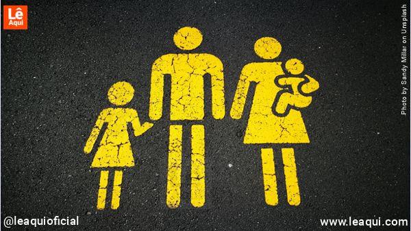 ilustração icônica e uma família como se fosse um sinal de trânsito dizendo paz respeito lares Divaldo
