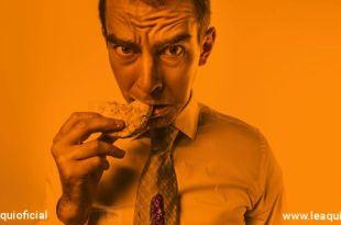 Homem comendo doce doces na quarentena