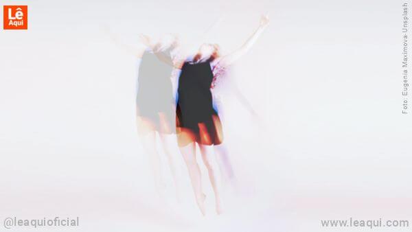 Mulher em desprendimento áurico se projetando astralmente durante o sonho