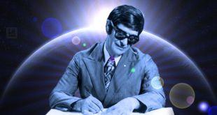foto de Chico Xavier escrevendo tendo ao fundo imagem de planeta no espaço Chico Xavier alienígenas