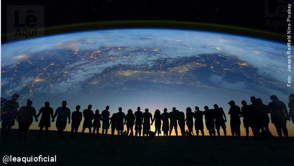 imagem de inúmeras pessoas unidas com a projeção do globo terrestre ao fundo Dalai Lama união