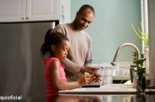 pai e filha lavando louças para dizer ficar em casa pandemia