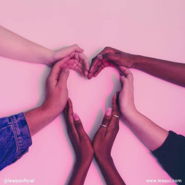 várias mãos femininas formando um coração compaixão e felicidade
