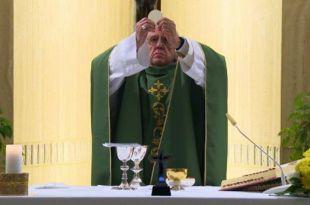 Papa francisco rezando missa retomada atividades religiosas