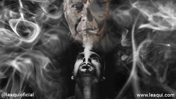 fumante soltando fumaça do cigarro e na fumaça forma-se a figura de Encosto ou obsessão espiritual