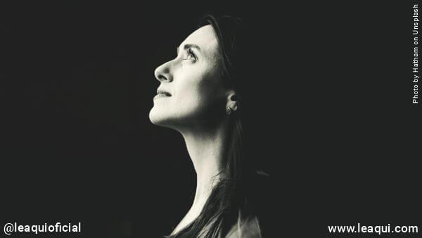rosto de mulher de perfil olhando para o alto Manter a esperança