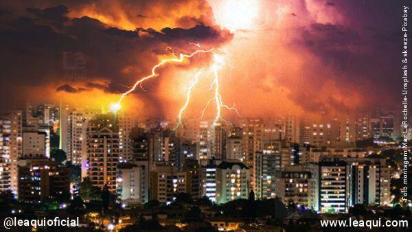 foto panorâmica de prédios com céu carregado e relâmpagos simbolizando uma provação espiritual