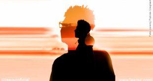 imagem de um homem tendo sobreposto em sua silhueta um outro ser simbolizando obsessão espiritual