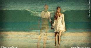 mulher frente a ondas do mar em uma paia acompanhada por um espírito amigo ao nosso lado