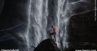 homem subindo um monte com uma grande cachoeira atrás como se tivesse emoções destrutivas