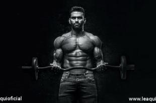 foto em preto e branco de um homem musculoso levantando uma barra de pesos autoconfiança frustração