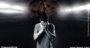 Homem com a cabeça abaixada e com o rosto coberto pelas mãos escondendo-se da nuvem de pensamento que paira acima da cabeça cuidar dos pensamentos
