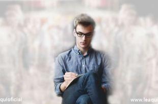 homem usando óculos sentado escrevendo está rodeado de espíritos veem tudo