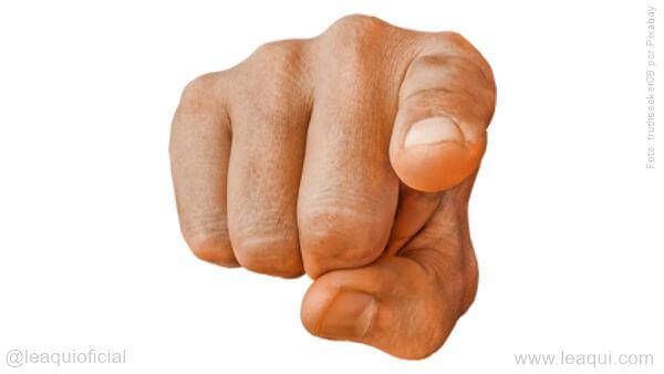 dedo apontando para a frente dúvida existencial