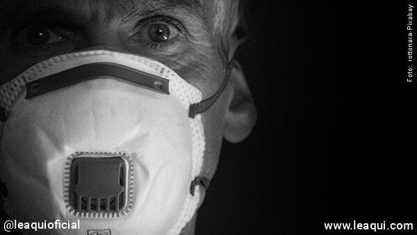 rosto de homem usando máscara contra vírus coronavírus no ar