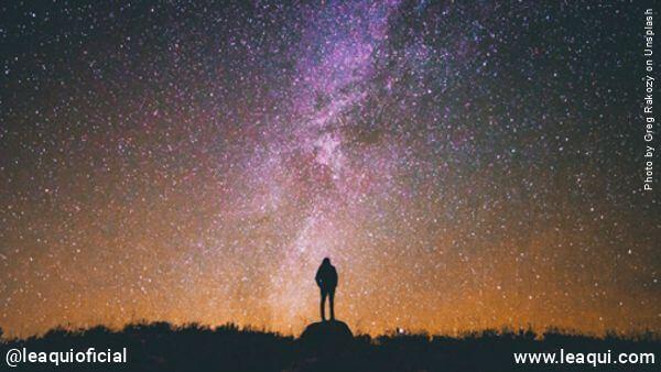 silhueta de um homem frente à uma estrelada noite gente que se acha