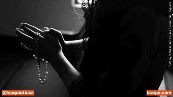 mulher rezando terço melhor prece é do coração