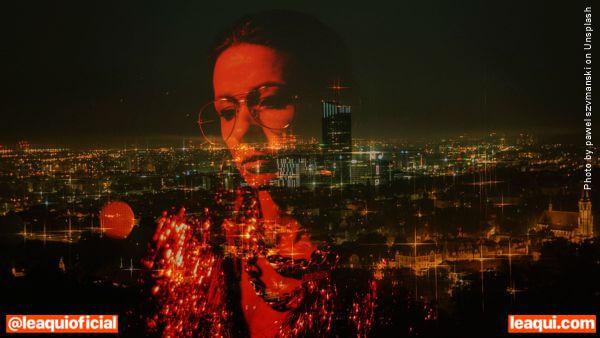 imagem de uma mulher com ar pensativo refletida eu um vidro de janela que mostra a cidade vista de cima O autoconhecimento despe as ilusões