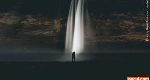 homem caminhando rumo a um facho de luz que vem do alto viver depois da morte