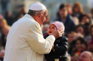 Papa Francisco pegando uma criança no colo encíclica Fratelli Tutti