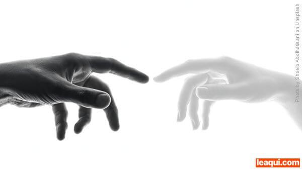 duas mãos com os dedos indicadores se tocando desenvolvimento da mediunidade