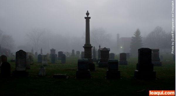 visão de um cemitério com os túmulos cemitérios no Dia de Finados