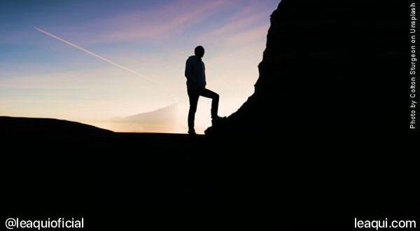imagem de silhueta de um homem frente a um monte melhorar autoestima baixa