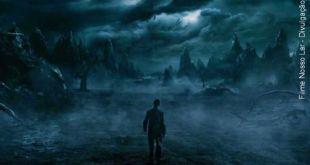 cena do filme Nosso Lar quando o espírito de André Luiz se depara com o Umbral semelhante ao inferno