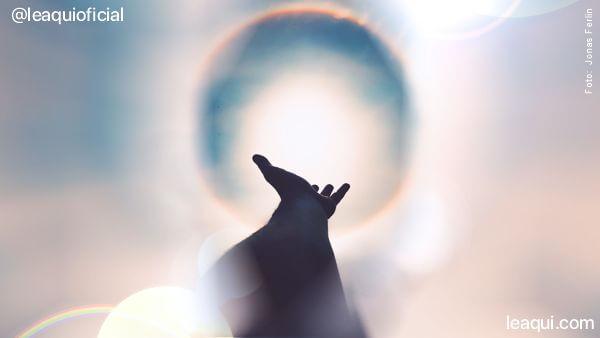 um braço estendido com a mão aberta buscando a luz da paz por onde anda a paz