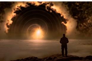 imagem de um homem olhado uma passagem de luz e entre eles uma conjunto de nuvens como piso passar pelo umbral
