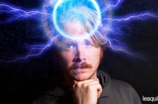 rosto de um homem com uma intensa energia em forma de luz e raios de luzes demonstrando a força do pensamento lembrar do pensamento
