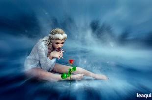 ilustração de uma mulher admirando uma flor em um ambiente onírico sonhos estranhos