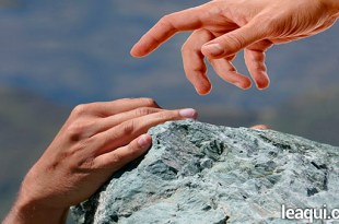 mão aproximando-se de outra para ajudar no abismo ajudar quem está perto