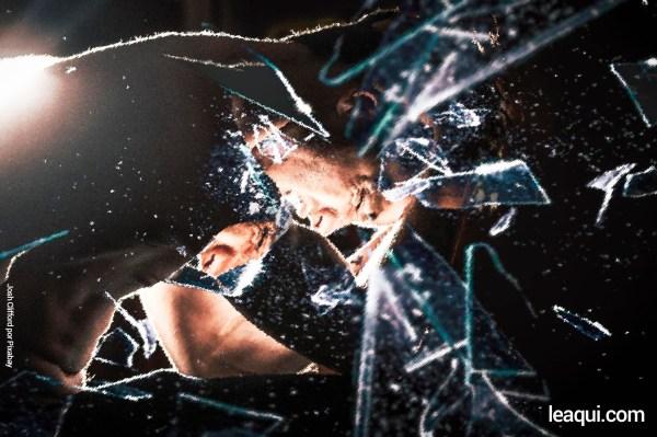 foto de um espelho partido com o reflexo de uma pessoa sofrendo dores do espírito