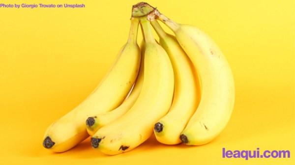 um cacho de bananas em um fundo amarelo Chico Xavier cacho bananas